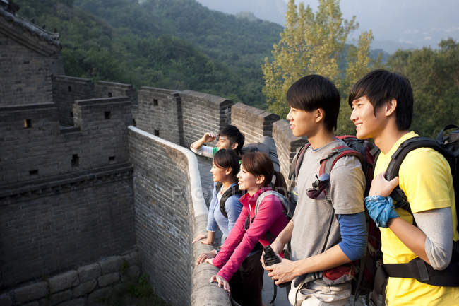 Touristes chinois regardant la vue sur la Grande Muraille — Photo de stock