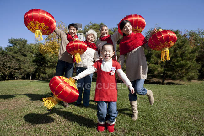 Chinese multi-generation family with Chinese lanterns in park — Stock Photo