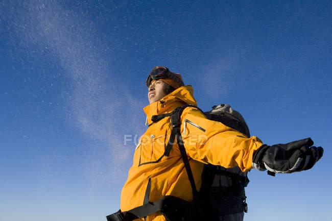 Китаец в лыжный передач с с распростертыми объятиями — стоковое фото