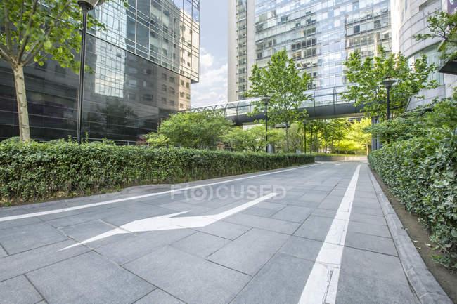 Міські сцени зеленій зоні та сучасної архітектури Пекіні — стокове фото