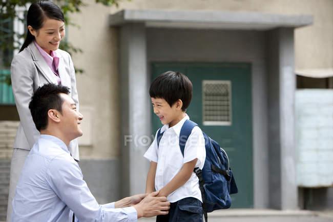 Genitori cinesi che parlano con lo scolaro sulla strada — Foto stock