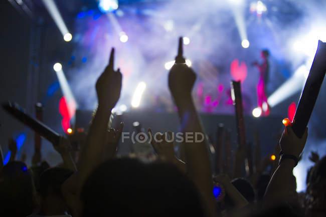 Menschen mit erhobenen Armen, die Spaß am Musik-Festival — Stockfoto