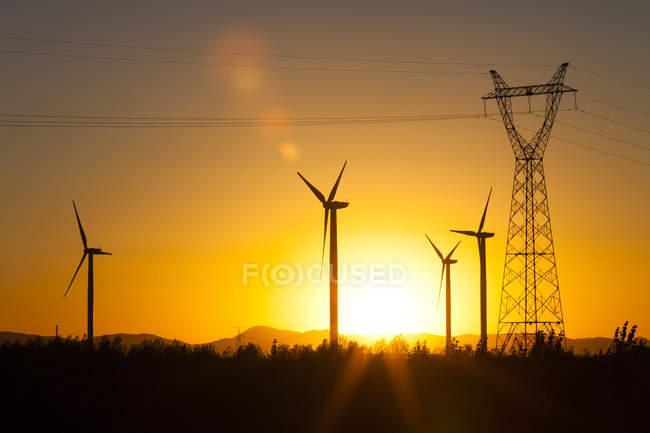 Електроенергія пілона і вітряні млини в провінції Внутрішня Монголія, Китай — стокове фото