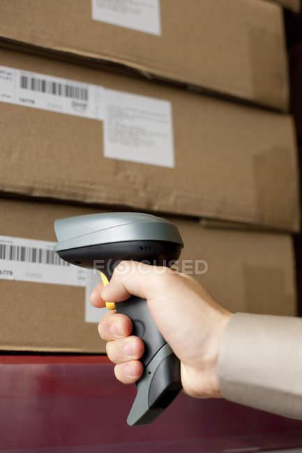 Штрих-код чоловічої руки сканування коробки — стокове фото