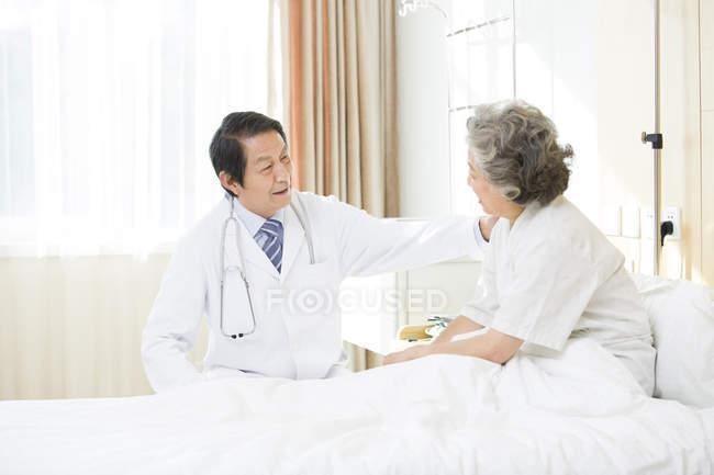 Chinesischer Arzt im Gespräch mit Patient im Krankenhaus — Stockfoto