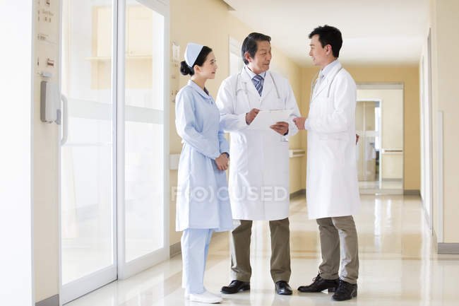 Équipe médicale chinoise en discussion — Photo de stock