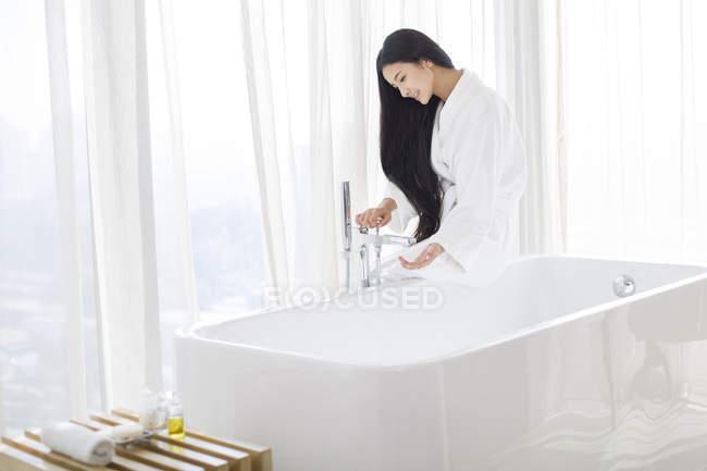 Vasche Da Bagno Water : Donna cinese riempimento vasca da bagno con acqua u2014 tempo libero