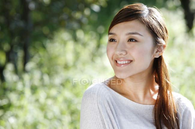 Portrait de femme chinoise dans un parc ensoleillé — Photo de stock