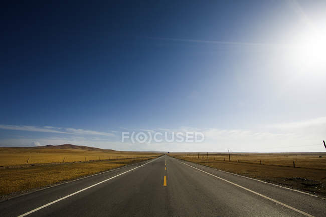 Highway leading through wilderness area in Qinghai province, China — Stock Photo