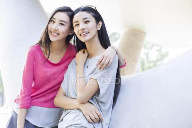 Chinois femmes amis posant sur la rue — Photo de stock