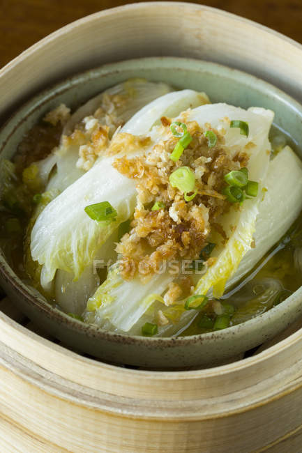 Traditionnel chinois bok choy cabbage en bateau à vapeur — Photo de stock