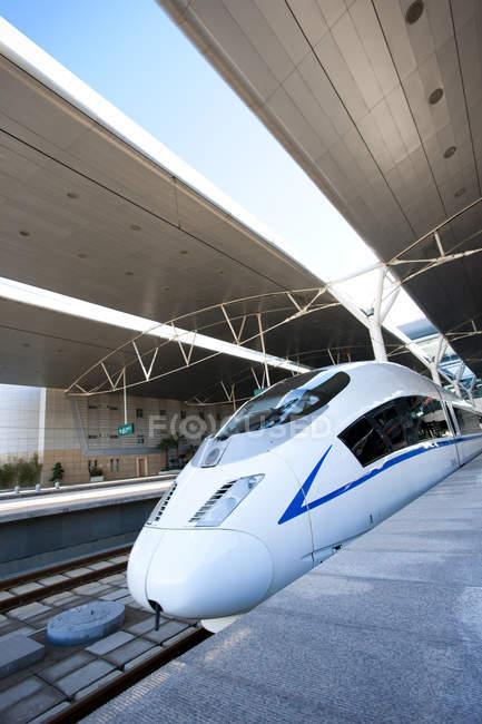 Висока швидкість куля поїзда на станцію — стокове фото