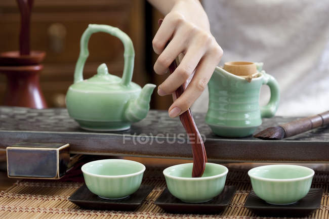 Gros plan de la femme effectuant cérémonie du thé classique — Photo de stock