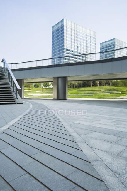 Escena urbana de puente y de la arquitectura moderna de Beijing, China - foto de stock