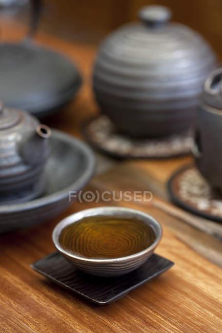 Закри Кубок з трав'яний чай і чайники — стокове фото