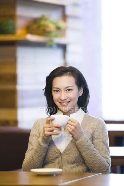 Chinês mulher bebendo café no café — Fotografia de Stock
