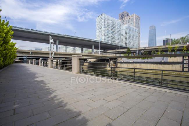 Scena urbana di ponte e di edifici a Pechino, Cina — Foto stock