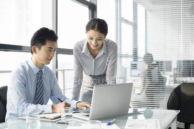 Chinesische Geschäftsleute mit Laptop im Büro — Stockfoto