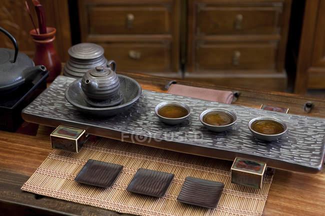 Ustensiles de cérémonie du thé gongfu chinois classique en salon de thé — Photo de stock