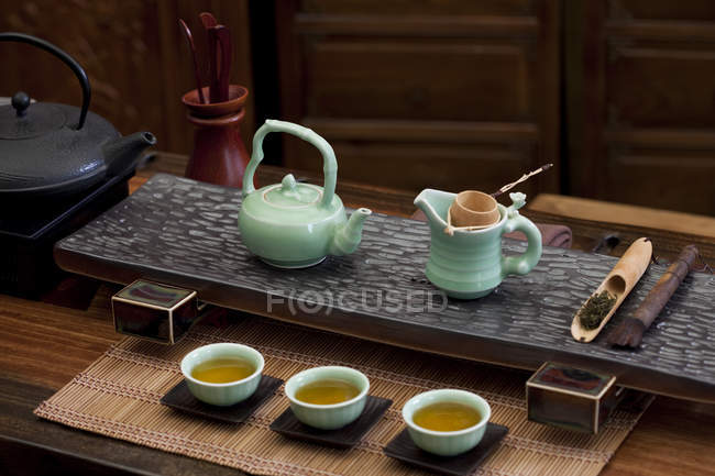 Poterie de cérémonie du thé gongfu chinois classique en salon de thé — Photo de stock