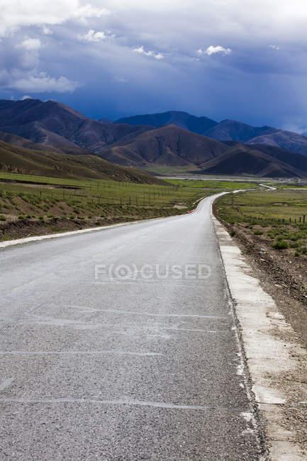 Estrada da montanha no Tibete, China — Fotografia de Stock