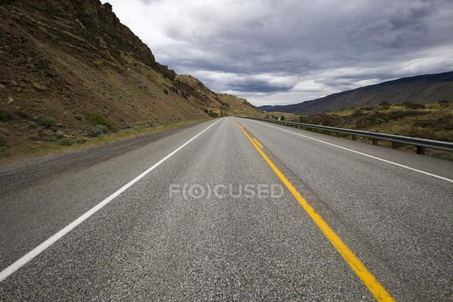 Blick auf Autobahn Straße durch Wildnis — Stockfoto
