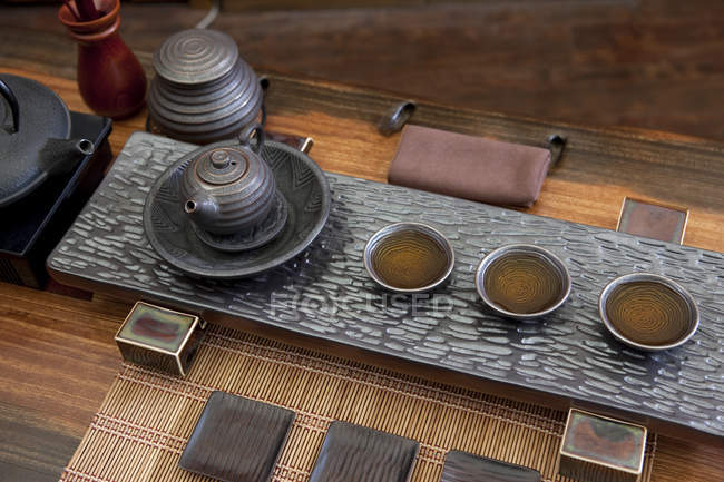 Ensemble de thé chinois classique en salon de thé — Photo de stock