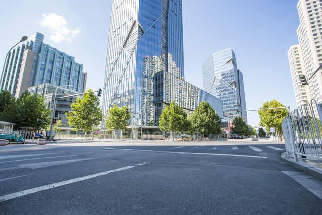 Scène urbaine de la route et architecture moderne de Pékin, Chine — Photo de stock