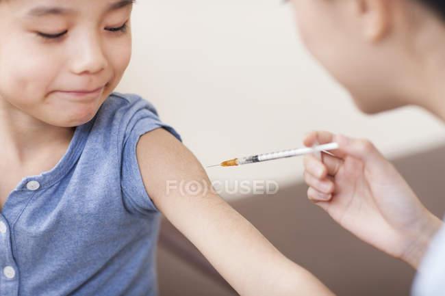 Enfermeira dando injeção menino chinês — Fotografia de Stock