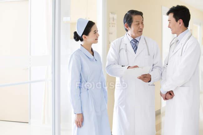 Обсуждается медицинская команда Китая — стоковое фото