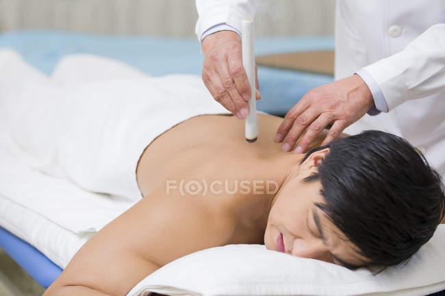 Китайський пацієнт moxibustion терапію — стокове фото