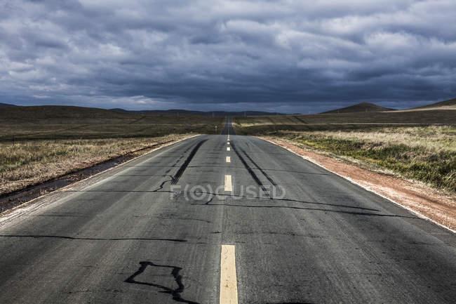 Straße, die durch die Wildnis in der chinesischen Provinz Innere Mongolei — Stockfoto