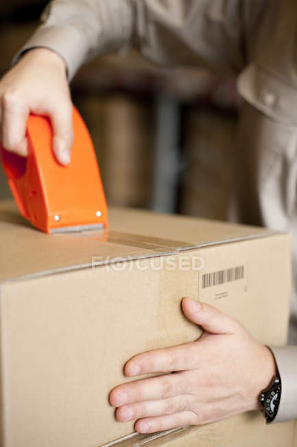 Крупный план упаковочной коробки работника склада — стоковое фото