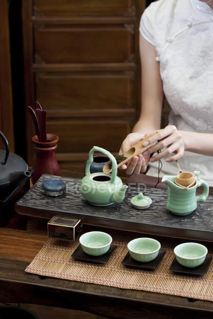 Frau im traditionellen Cheongsam durchführen Tee-Zeremonie — Stockfoto