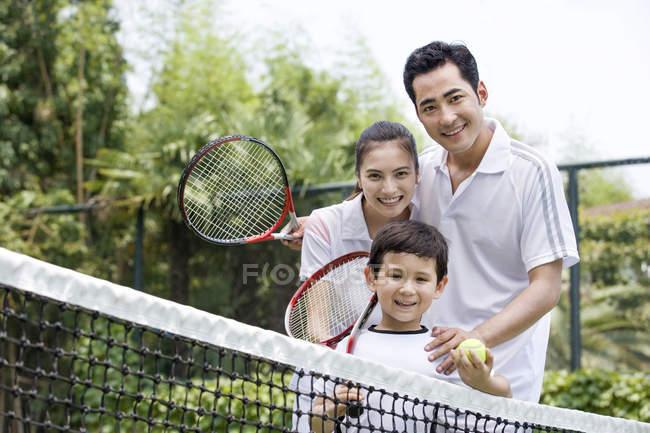 Familia China de tenis con raquetas - foto de stock