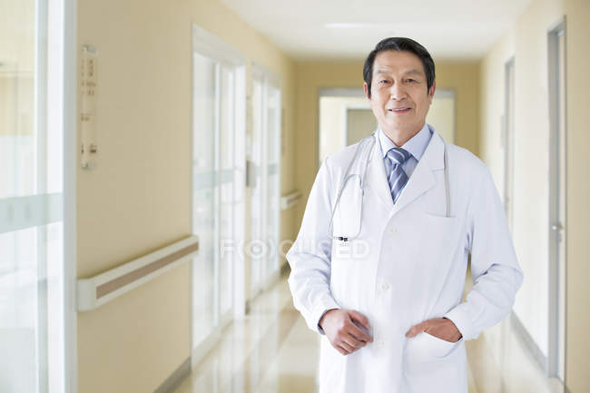 Portrait du médecin chinois à l'hôpital — Photo de stock