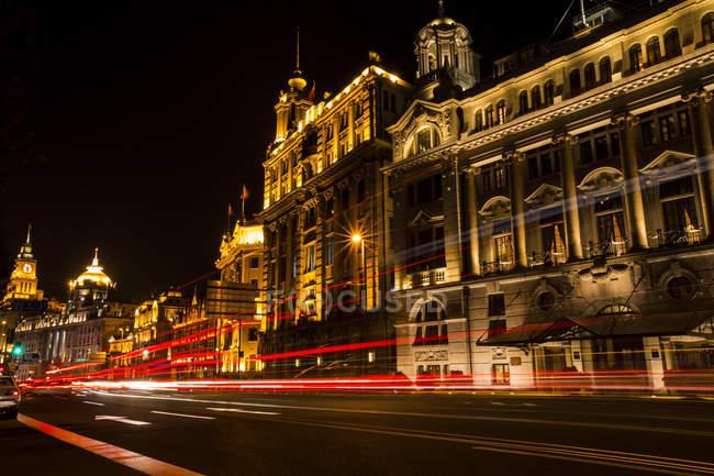 Rue de Shanghai avec éclairage de nuit, Chine — Photo de stock
