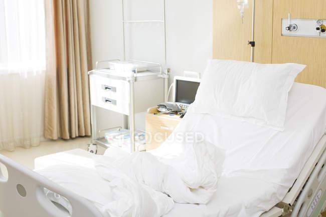 Порожній лікарняне ліжко у номері клініки — стокове фото