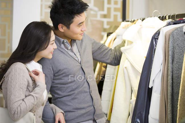 Casal chinês de compras de roupas na loja — Fotografia de Stock
