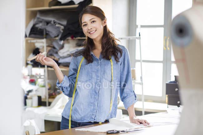 Китайський Дизайнер жіночого одягу постановки на стіл в Ательє — стокове фото
