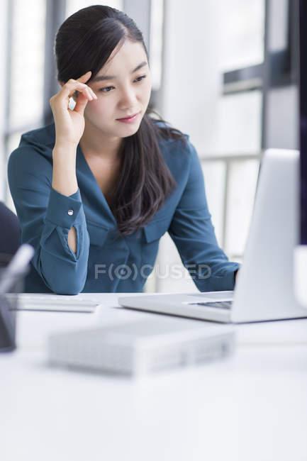 Empresária cansada, trabalhando no escritório — Fotografia de Stock