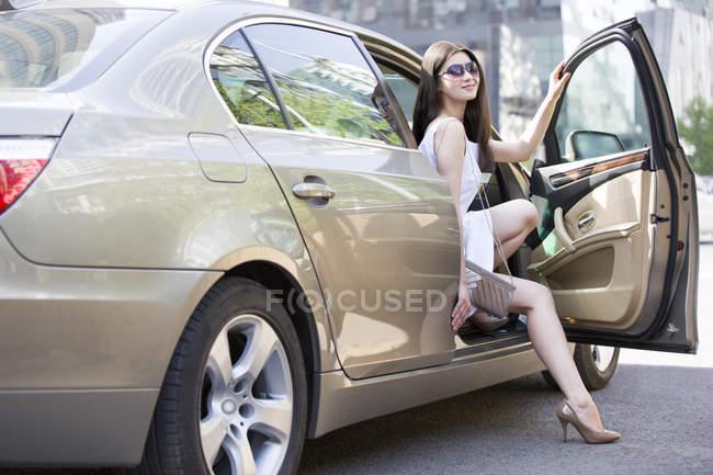Chinesin steigt aus Auto — Stockfoto