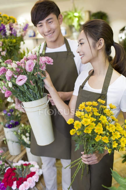 Chinese florists working in store — Stock Photo