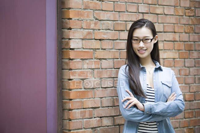 Donna cinese in piedi con le braccia incrociate — Foto stock
