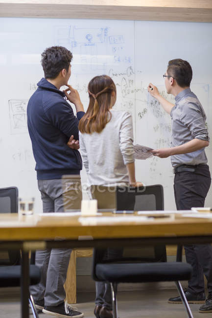 Chinês-trabalhadores tendo reunião na sala de diretoria — Fotografia de Stock
