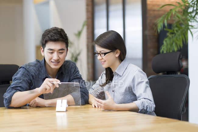 Китайские разработчики, работающие с прозрачной модели в офисе — стоковое фото
