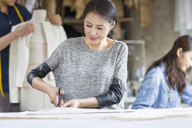 Créateurs de mode chinois travaillant en studio — Photo de stock