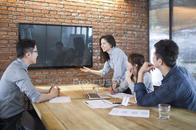 Collègues chinois ayant la réunion en salle de Conseil — Photo de stock