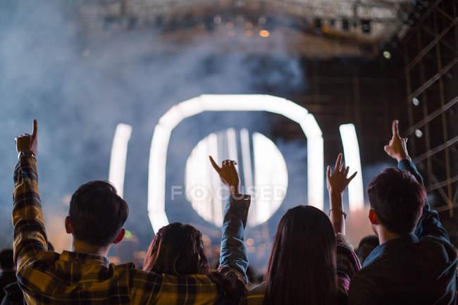 Chinesische Freunde haben Spaß beim Musikfestival — Stockfoto