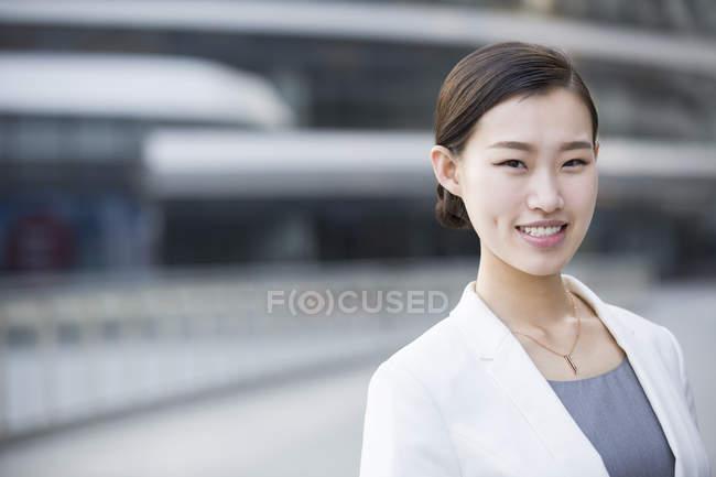 Ritratto di donna d'affari cinese sorridente — Foto stock